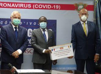 Covid-19 : Faut-il porter le masque avec la face bleue ou blanche vers l'extérieur ?