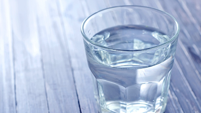 Covid-19 : Faux, Boire de l'eau toutes les 15 minutes ne tue pas le virus
